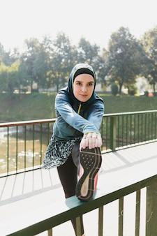 ストレッチブルージャケットを着ている女性