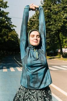 青いジャケットを持つ女性の正面図