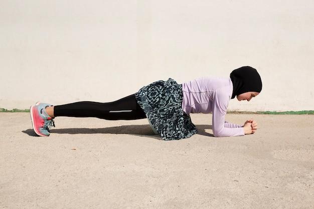 板をやっている紫色のジャケットの女性