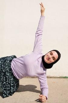 運動紫色のジャケットの女性