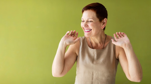 幸せな年配の女性の踊り