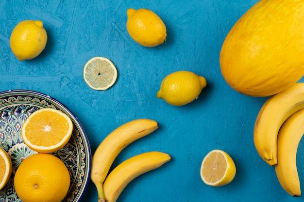 青の背景に果物のトップビュー