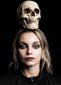 ブロンドの髪と頭蓋骨を持つ女性