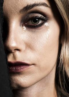 泣いている女性のメイクアップのクローズアップ