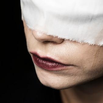 Крупный план женщины носить с завязанными глазами