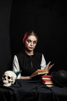 本を保持している女性の正面図