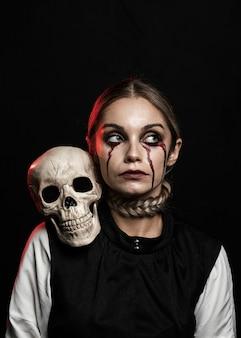 肩に頭蓋骨を持つ女性のミディアムショット