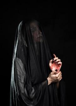 Вид сбоку женщины с черной вуалью