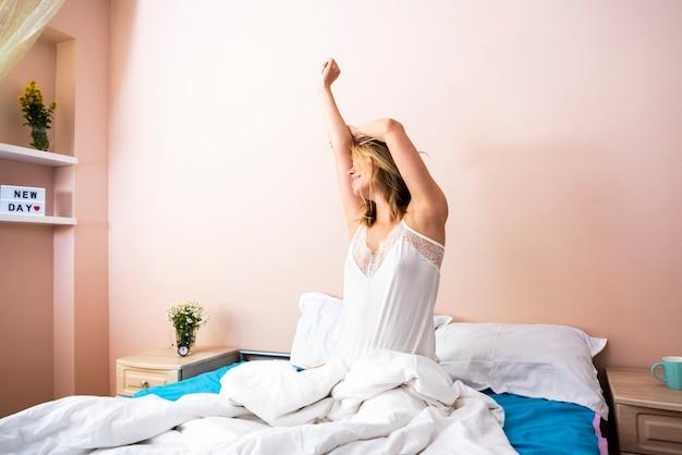 朝彼女の体を伸ばす若い女性