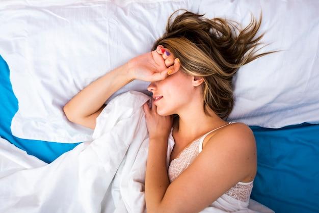 眠っている女性のクローズアップ