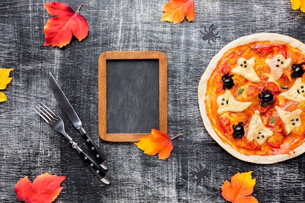 モックアップフレームとおいしいハロウィンのピザ