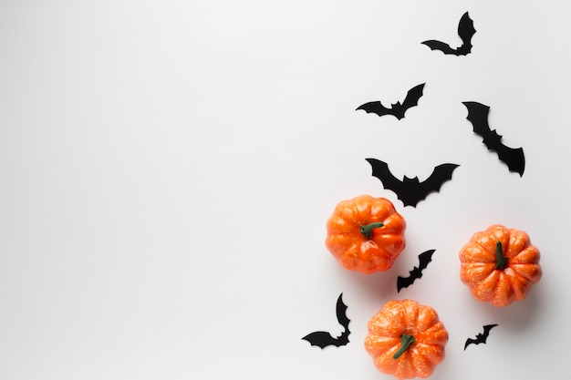 Вид сверху украшения тыквы и летучих мышей