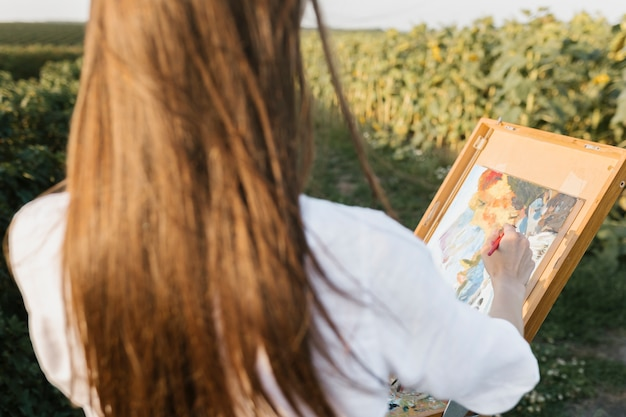 芸術的な若い女性の絵