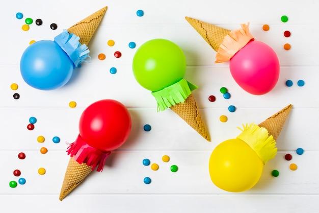 Разноцветные шарики мороженого на белом фоне