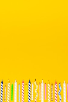 コピースペースでカラフルな誕生日の蝋燭