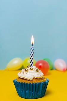 誕生日パーティーのテーブルに美味しいカップケーキ