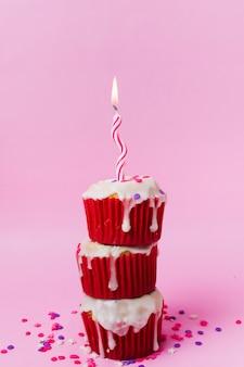 キャンドルと甘いカップケーキ