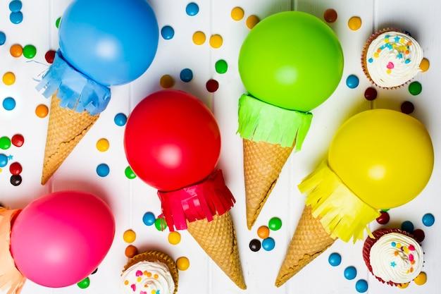 Мороженое с воздушными шарами крупным планом