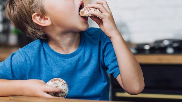 クッキーを食べて横向きの少年