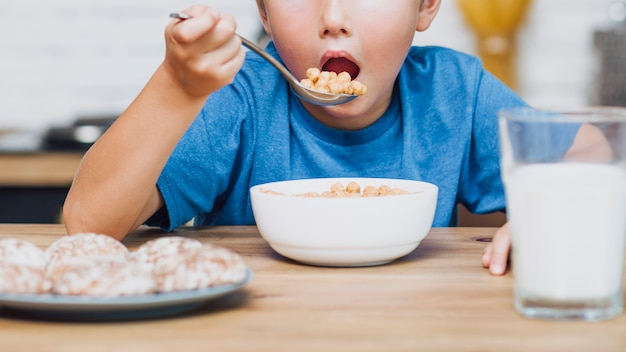 穀物を食べる正面の子供