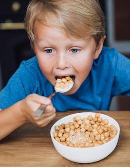 穀物を食べる高角度の子供