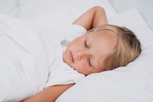 眠っている小さな子供の正面図