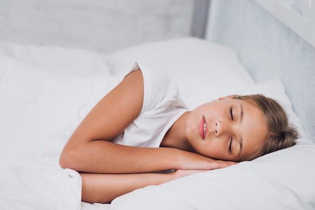 眠っている金髪の少女