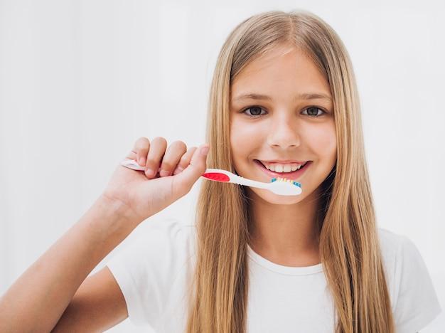 彼女の歯を磨く準備をしている女の子