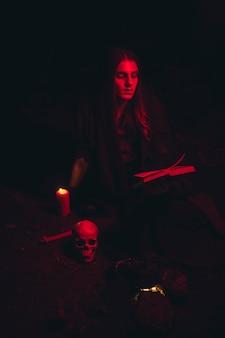 男のロングショットの赤い光の肖像画