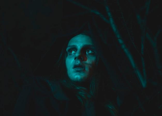Хеллоуин костюм мага с человеком в темной ночи