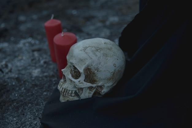 ハロウィーンの夜のキャンドルで現実的な頭蓋骨の儀式