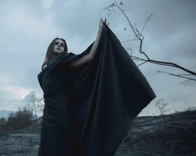 黒い服を着た男性魔道士の低ビュー