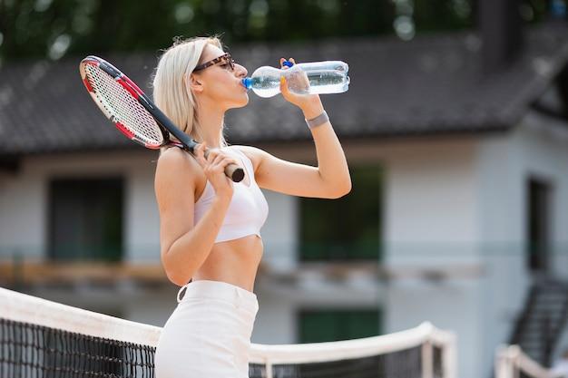 Вид спереди девушка питьевой воды