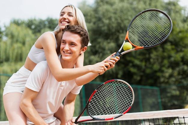 テニスをしている若いカップルに合う