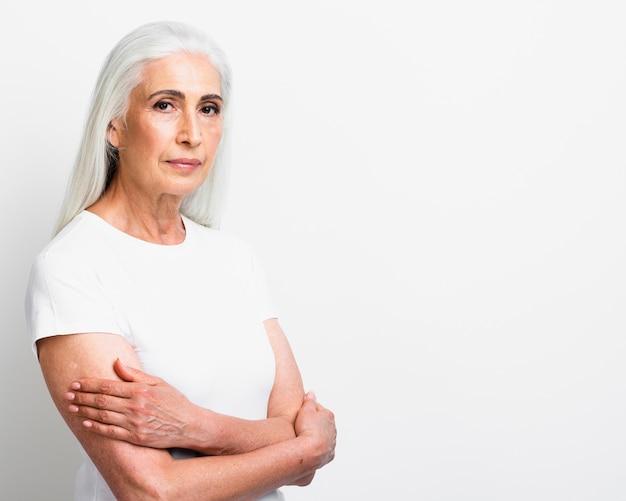 腕を組んでエレガントな年配の女性