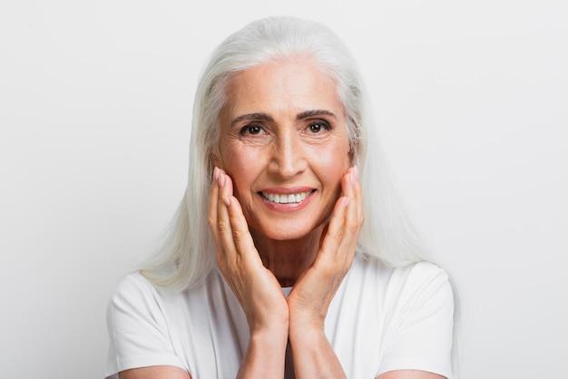 彼女の顔を誇りに思っている美しい年配の女性
