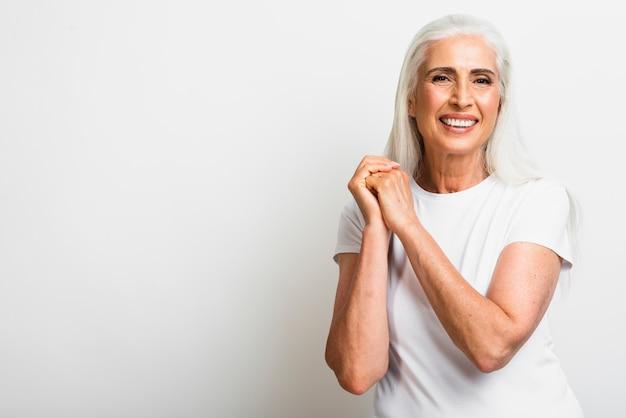 Вид спереди счастливая старшая женщина