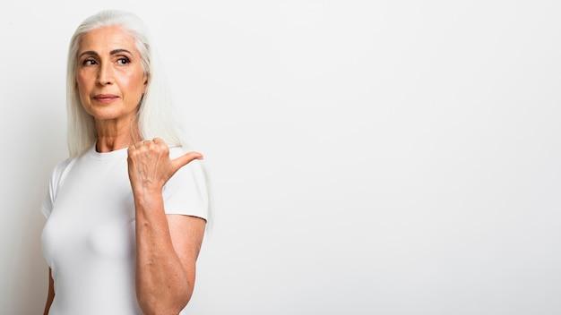Вид спереди элегантная старшая женщина