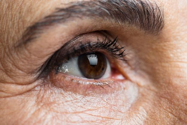 年配の女性の眉をクローズアップ