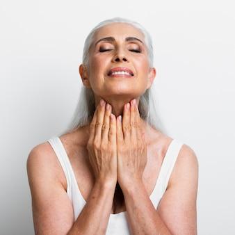 美しい年配の女性が治療を適用します