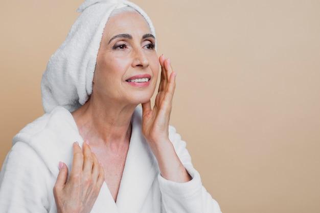治療を適用する美しい成熟した女性