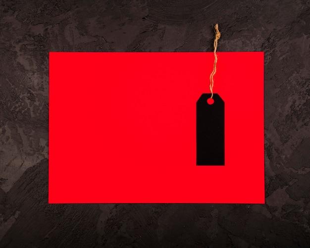 Плоская прокладка черной метки на красной бумаге