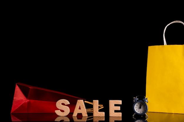 販売単語と黒の背景を持つバッグの正面図