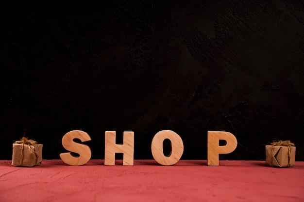 赤いテーブルの上の店の言葉の正面図