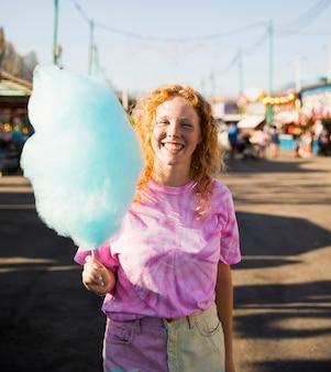 綿菓子を保持しているミディアムショット女性