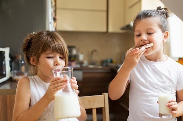 朝食を持つ二人の少女