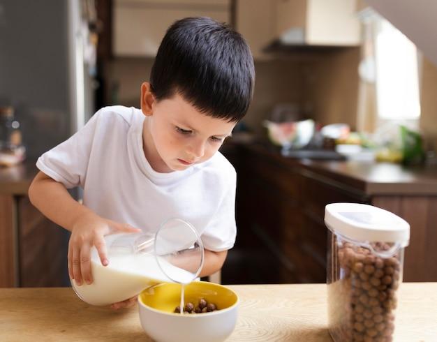 朝の朝食を持つ男の子