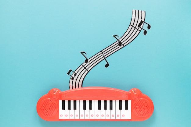 青色の背景のトップビューピアノグッズ