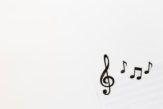 白い背景の上のフラットレイアウト音楽ノート
