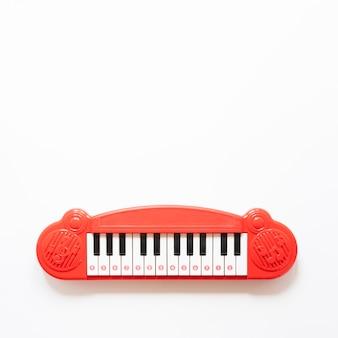 コピースペースと白い背景の上のピアノのおもちゃ